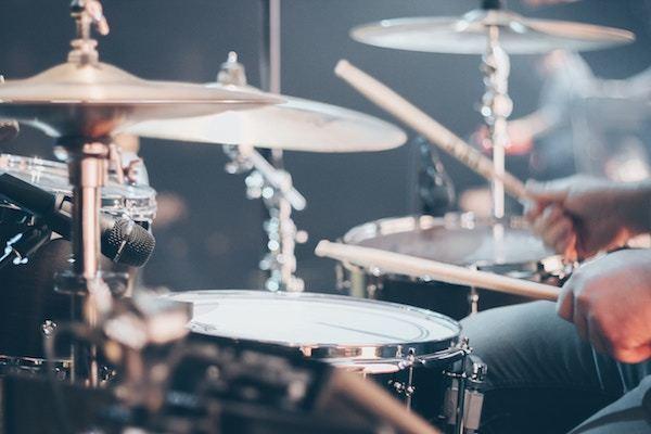 Foto drumstel met twee drumstokken